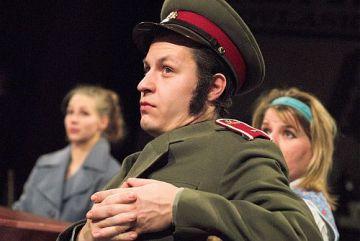 Záběr z divadelního představení Lásky jedné plavovlásky v podání brněnského souboru Husa na provázku.
