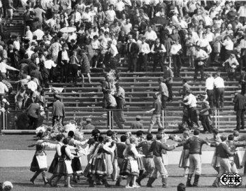 """Dvanáctého září 1968 zemřel ve varšavské nemocnici Ryszard Siwiec, který se čtyři dny předtím zapálil (v pozadí uprostřed) na protest proti srpnové okupaci Československa. Ačkoliv tak učinil před zraky tisíců lidí, tehdejší polské orgány se postaraly o to, aby se o Siwiecově činu téměř nikdo nedozvěděl. Siwiec se s výkřikem """"Protestuji!"""" zapálil na dožínkových slavnostech, kterých se 8. září 1968 na varšavském Stadionu desetiletí zúčastnily kromě davů obyčejných lidí i špičky komunistického Polska. ** Fotografie lze použít jen v souvislosti ze zprávou ke 40. výročí sebeupálení Ryszarda Siwiece **"""