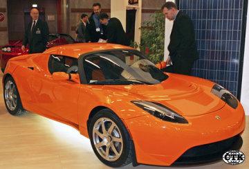 Tesla Roadster na elektrický pohon na autosalonu v Paříži.