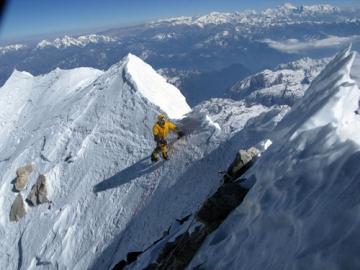 Kazašský horolezec Denis Urubko těsně pod vrcholem Makalu
