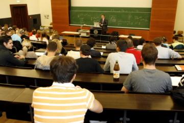 Studenti na přednášce na vysoké škole -  ilustrační foto.
