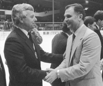Trenér sovětských hokejistů Viktor Tichonov (vpravo) blahopřeje trenérovi týmu Československa Luďku Bukačovi k zisku titulu mistrů světa.