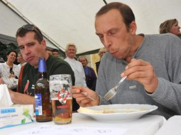 Na zámku Červený hrádek v Jirkově na Chomutovsku se konal 4. září již 15. ročník Mistrovství ČR ve vaření svíčkové omáčky. Tradičním doplněním soutěže je i klání v pojídání knedlíků se svíčkovou omáčkou, které letos vyhrál několikanásobný vítěz Jan Žíla (vpravo) z Jirkova. Ve třiceti minutách zvládl pozřít 47 knedlíků.