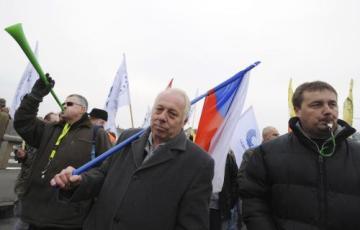 V Praze se 25. listopadu konala odborářská demonstrace proti korupci. Podle odhadů policie i předáků pořádající Asociace samostatných odborů (ASO) na ni dorazilo asi 500 lidí. Původně organizátoři čekali ale desetkrát víc účastníků. Po mítinku na Palackého náměstí, který trval asi 40 minut, se demonstranti vydali ke sněmovně s výzvou pro poslance. Chtějí po nich zřízení parlamentní komisi, která by na vyšetřování korupčních afér dohlížela. Na snímku uprostřed je předák ASO Bohumír Dufek.