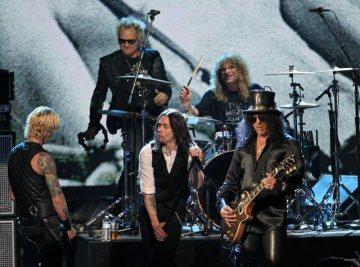 Americká skupina Guns N` Roses zleva Duff McKagan, Matt Sorum, Steven Adler a Slash, uprostřed vpředu je zpěvák Myles Kennedy.