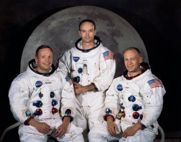 Na snímku NASA z roku 1969 posádka Apolla 11. Zleva velitel mise Neil Armstrong, Michael Collins a Edwin Eugene Aldrin.