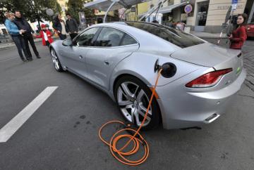 Lidé si prohlížejí hybridní automobil Fisker Karma s výkonem 408 koňských sil. V rámci Evropského dne bez aut bylo 22. září zcela uzavřeno pro automobilový provoz Smetanovo nábřeží v Praze. Zájemci si mohli vyzkoušet jízdu na elektrokolech, soutěžit v jízdě na koloběžkách i kolečkových bruslích nebo si poslechnout přednášky na téma udržitelná doprava.