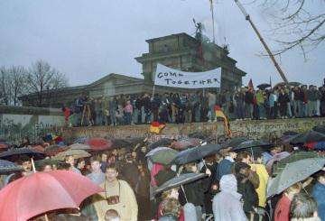 Berlíňané stojí u Berlínské zdi poblíž Brandenburské brány. Snímek z 22. prosince 1989.