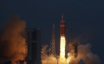 Ke svému prvnímu testovacímu letu dnes z floridského Mysu Canaveral odstartovala nová vesmírná loď Orion. Start byl podle plánu v 7:05 místního času (13:05 SEČ), a to po jednodenním odkladu, který zapříčinily nepříznivé povětrnostní podmínky a problémy s ventily přívodu paliva do nosné rakety.