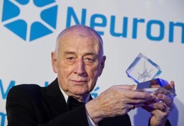 Nadační fond Neuron ocenil 1. prosince v Praze za přínos světové vědě pět špičkových odborníků. Laureátem Ceny Neuron za přínos v oboru medicína se stal onkolog Josef Koutecký.