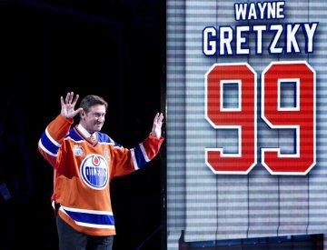 Bývalý hokejista Edmonton Oilers Wayne Gretzky zdraví diváky během slavnostního ceremoniálu po posledním domácím utkání sezony, ve kterém Edmonton porazil Vancouver 6:2.