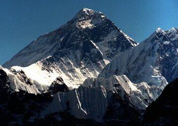 Na snímku z října 1996 Mount Everest focený z vrcholu Gokyo Ri.