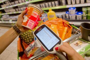 Na snímku ze 4. října je ukázka skenování zboží v hypermarketu Globus v Praze-Čakovicích.