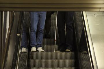 Nevidomí v pražském metru - ilustrační foto.