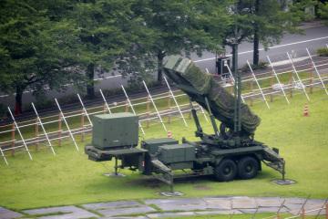 Americký raketový systém Patriot v Tokiu. Patriot je vybavený střelami typu země-vzduch, jejichž úkolem je sestřelovat taktické rakety, střely s plochou dráhou letu a letadla.