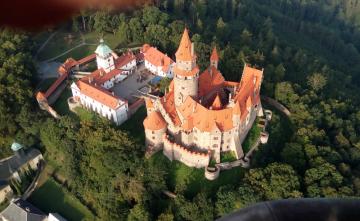 Hrad Bouzov na Olomoucku z ptačí perspektivy.