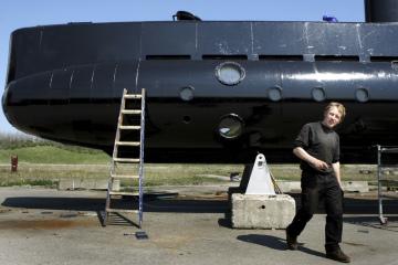Dánský konstruktér Peter Madsen u své ponorky.