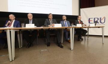 Členové rady Energetického regulačního úřadu (ERÚ) zleva Vladimír Outrata, Vladimír Vlk, Jan Pokorný, Vratislav Košťál a Rostislav Krejcar na snímku z 24. listopadu 2017.