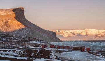 Účastníkům letošní antarktické expedice Masarykovy univerzity nepřálo počasí, teploty byly nižší než obvykle. I tak našli zajímavé lišejníky, další poznatky přinesl výzkum mikroorganismů. Univerzita přes deset let provozuje stanici (na snímku z 28. března 2018) na ostrově Jamese Rosse.