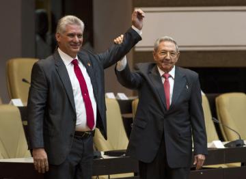 Prezident Kuby Miguel Díaz-Canel (vlevo) a jeho předchůdce Raúl Castro na archivním snímku.
