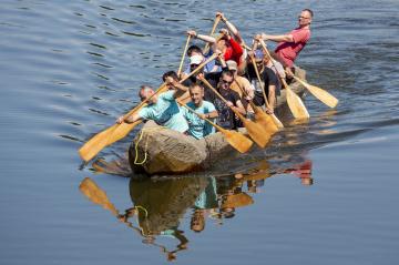 Desítky lidí přihlížely 26. května na Smetanově nábřeží v Hradci Králové zkušební plavbě repliky neolitického plavidla z kmene stromu, na kterém se expedice Monoxylon III bude plavit přes Egejské moře.