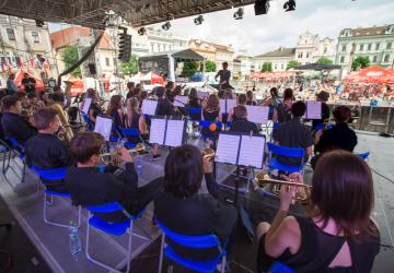 V Kolíně začal 55. ročník festivalu Kmochův Kolín, potrvá do 10. června. Na Karlově náměstí vystoupil Dechový orchestr ZUŠ Horní Počernice.