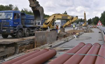 Opravy dálnice D1 mezi Humpolcem na 90. kilometru a Větrným Jeníkovem na 104. kilometru mají velké zpoždění. Práce za 1,75 miliardy korun dělá česko-italsko-kazašské sdružení. ŘSD připravuje sankce nejméně v desítkách milionů korun a nevylučuje ani možnost, že by odstoupilo od smlouvy a vybralo nového dodavatele. Na snímku z 12. července je staveniště na 96. kilometru u Slavníče na Havlíčkobrodsku.