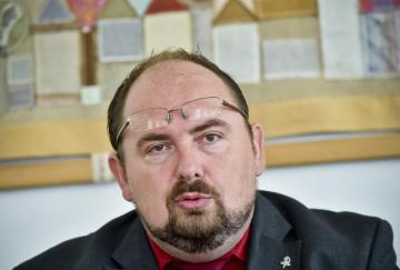 Předseda spolku Vaši lékárníci CZ Aleš Nedopil vystoupil 13. července 2018 v Průhonicích na tiskové konferenci nezávislých lékárnických spolků, které chtějí zastavit zánik malých regionálních lékáren.
