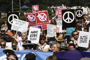 Protestující v Helsinkách drží mírové transparenty na demonstraci proti politice prezidentů USA a Ruska Donalda Trumpa a Vladimira Putina před jejich pondělním  summitem.