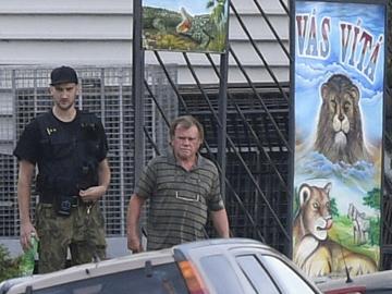 Celníci a policisté zasahovali 16. července 2018 ve středočeském Zooparku Bašť, který provozuje Ludvík Berousek (na snímku vpravo), kvůli podezření z neoprávněného nakládání s chráněnými zvířaty. Podle serveru Lidovky.cz se kauza týká údajného zabíjení tygrů a následného zpracovávání tygřích produktů ve vietnamské komunitě.