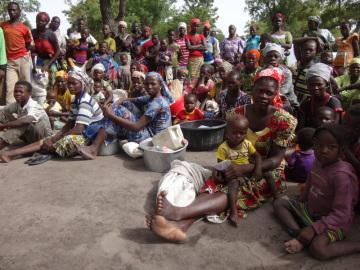 """Obyvatelé uprchlického tábora Gon na jihu afrického Čadu (na snímku z 26. června 2018), kde žijí běženci ze Středoafrické republiky. """"V Čadu žije v současné době přes 450.000 migrantů z okolních států a 100.000 vnitřních vysídlenců, hledat štěstí do evropských či jiných rozvinutých zemí se však vydává pouhé jedno procento z nich,"""" uvádí Olivier Brouant, který v Čadu vede místní pobočku ECHO. To je úřad Evropské komise, který má na starosti humanitární pomoc."""