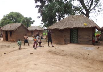 """Uprchlický tábor Doholo na jihu afrického Čadu se na první pohled příliš neliší od místních vesnic, jako je například Mballa (na snímku z 27. června 2018), které tvoří shluky domů postavených z nepálených cihel s doškovými střechami. """"V Čadu žije v současné době přes 450.000 migrantů z okolních států a 100.000 vnitřních vysídlenců, hledat štěstí do evropských či jiných rozvinutých zemí se však vydává pouhé jedno procento z nich,"""" uvádí Olivier Brouant, který v Čadu vede místní pobočku ECHO. To je úřad Evropské komise, který má na starosti humanitární pomoc."""