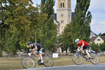 V Úhercích na Plzeňsku se 11. srpna konal 16. ročník závodu na starých kolech, takzvaných arabech. Na letošní Arab tour se přihlásilo osm čtyřčlenných týmů. Každý člen družstva jede půl hodiny kolem návsi, pak ho vystřídá kolega. Každý tým má jen jeden bicykl. Za 12 hodin závodu každý jezdec odjede šest půlhodin. Úherecká náves s kostelem je rozlehlá, jeden okruh měří 680 metrů a má 4,6 metru převýšení. Za půlhodinu jízdy ho nejrychlejší jezdci obkrouží na starém těžkém kole bez převodů i šestadvacetkrát. Arab tour nejsou jen závody. Pod hrozbou diskvalifikace musí každý závodník povinně vypít určený počet piv. Muži půllitry, ženy třetinky, případně vinné střiky. Za větší než povinný počet se přičítají bonusy.