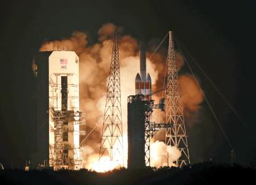 Raketa Delta IV Heavy startuje z floridského Mysu Canaveral do vesmíru, kam vynese    Parkerovu sluneční sondu (Parker Solar Probe).