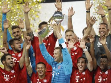 Fotbalisté Bayernu Mnichov získali posedmé německý Superpohár. Na snímku drží nad hlavou trofej brankár Manuel Neuer.