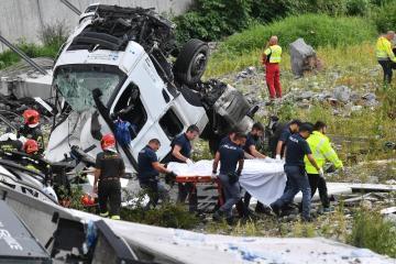 Z Morandiho mostu, jehož část se dnes zřítila v italském Janově, spadl i kamion pražské dopravní společnosti SPED-IT. Na snímku záchranaři odvážejí řidiče kamionu na nosítkách.