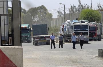 Izrael dnes otevřel jediný hraniční přechod do palestinského Pásma Gazy používaný k dopravě zboží. Na snímku čekající kamiony.