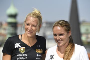 Plážová volejbalistka Kristýna Hoidarová Kolocová (vpravo) oznámila 17. srpna 2018 na tiskové konferenci v Praze konec kariéry. Vlevo je její hráčská partnerka Michala Kvapilová.