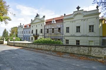 Čelo zámku Peruc na Lounsku na snímku z 21. srpna 2018.