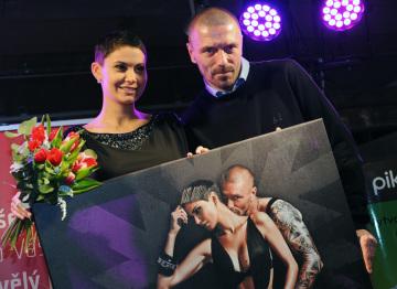 Modelka Vlaďka Erbová a její tehdejší manžel Tomáš Řepka na křtu kalendáře nadace Rakovina věc veřejná  v prosinci 2011.