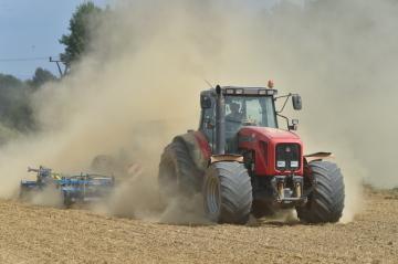 Zemědělec 21. srpna 2018 oséval ozimou řepkou pole poblíž obce Krajková na Sokolovsku. Podle vědeckého týmu InterSucho rozloha Česka, kterou postihlo sucho, dosáhla svého dosavadního letošního maxima. Vysoké teploty v kombinaci s nedostatkem srážek způsobily, že na 63 procentech území je stav sucha extrémní či výjimečný, celkově je sucho na 92 procentech území.