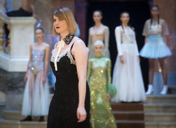 Svou kolekci na příští sezonu představila 3. září 2018 na přehlídce v pražském Rudolfinu módní návrhářka Zuzana Kubíčková (vpředu).