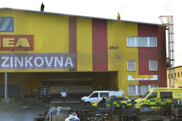 Hasiči a záchranáři zasahovali 5. září 2018 při nehodě malého vrtulníku v Plzni. Stroj spadl na výrobní halu firmy v Domažlické ulici na Borských polích, čtyři lidé zemřeli.