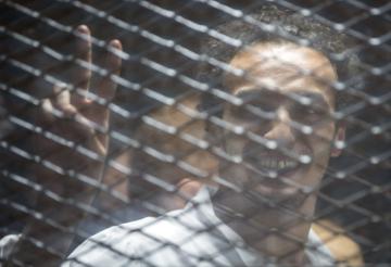 Fotoreportér Mahmúd abú Zajd za mřížemi.