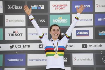 Američanka Kate Courtneyová se zlatou medailí po vítězství na MS v cross country horských kol.