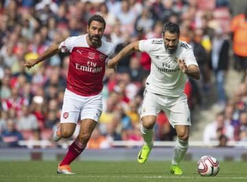 Exhibiční utkání legend Arsenalu a Realu Madrid v Londýně. Vlevo je  Robert Pires z Arsenalu, vpravo Fernando Sanz z Realu Madrid.