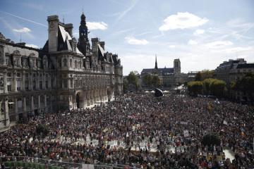 Shromáždění v Paříži za tvrdší opatřeních proti klimatickým změnám a ničení životního prostředí.