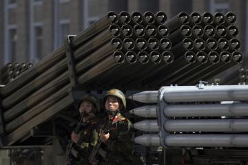 Vojenská přehlídka v Pchjongjangu při oslavách 70. výročí vzniku Severní Koreje. Na snímku jsou raketomety.