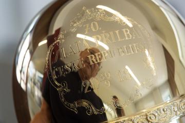Pardubický klenotník Pavel Lejhanec představil 10. září 2018 v Pardubicích trofej, kterou vyrobil se svými spolupracovníky pro 70. ročník plochodrážního závodu Zlatá přilba.