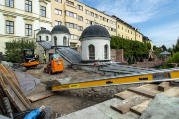 Hradečtí archeologové objevili u historického schodiště Bono publico (na snímku z 11. září 2018) část pravěkého valu z doby bronzové, který sloužil jako opevnění a v něm zlomky keramiky i pazourkové nástroje. Výzkum umožnila rekonstrukce historického schodiště, které má 70 stupňů a je charakteristické třemi věžičkami postavenými nad třemi odpočívadly.